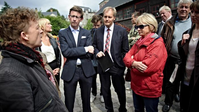 Efter en række skandalesager som Christiania-sagen og Skattesagen med embedsmænd i hovedrollerne opstod der en offentlig debat om forholdet mellem politikere og embedsmænd.