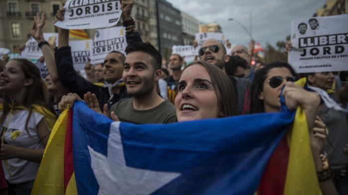 I lørdags gik 450.000 mennesker ifølge nyhedsbureauet AFP på gaden i protest i den catalanske region, efter den spanske regering havde meddelt, at man ville påbegynde en proces for at begrænse Cataloniens selvstyre.