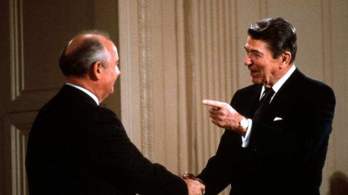 Fodnoteforløbet endte – uventet – med, at den nye sovjetiske leder Mikhail Gorbatjov (t.v.)sammen med USA's præsident RonaldReagan i 1987 forhandlede alle europæiske mellemdistanceraketter væk.