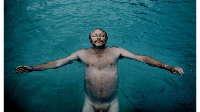 Efter en årrække med ubetinget succes for Zentropa gik gassen af ballonen. Peter Aalbæk begyndte at true dem, der tillod sig at kritisere filmselskabet, med sagsanlæg og det, der var værre. Det menneske, som engang havde været et kulørt og festligt centrum af dansk film, syntes helt at være forsvundet.