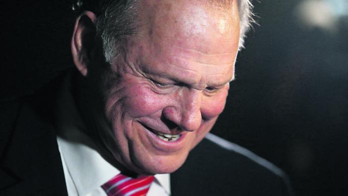 Roy Moore fra Alabama får ikke længere let ved at knuse sin demokratiske modstander.