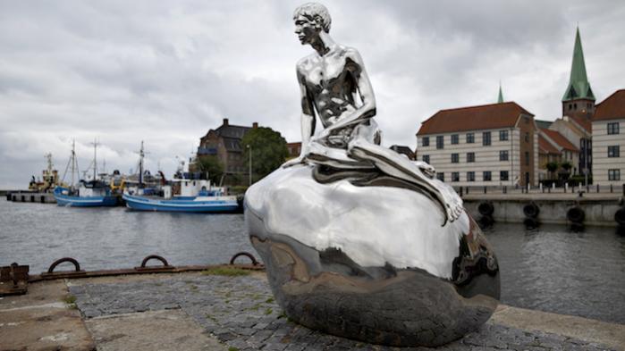 Da 'Han', der er lavet af kunstnerne Elmgreen og Dragset, fik sin plads på havnen i Helsingør, skabte det stor debat. I dag handler kulturdebatten i Helsingør om et nyt fodboldstadion til hjemmeholdet FC Helsingør.