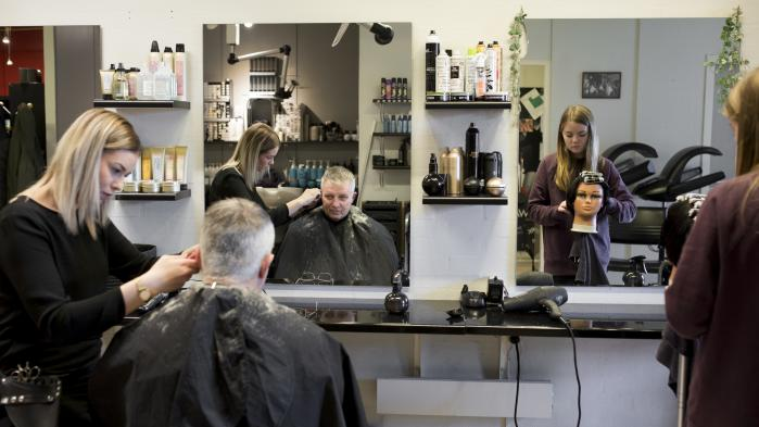 Borgmesterkandidat Palle Jensen (S) hos frisøren i Farsø Rådhuscenter. De mange anklager mod den konservative borgmester kan betyde, at det efter 24 år i byrådet kan blive Palle Jensens tur til at få magten.