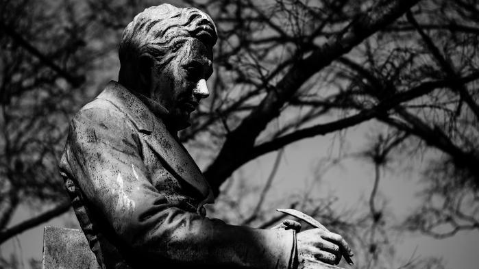 'Du skal sørge,' skriver Søren Kierkegaard i 'Kjerlighedens Gjerninger' fra 1847. For sorgen er sund, ikke syg. Den er ikke noget, vi skal kureres fra. Sorgen er ikke en lidelse, vi skal af med, men en kærlighed, man ikke kan blive af med, skriver dagens kronikør.