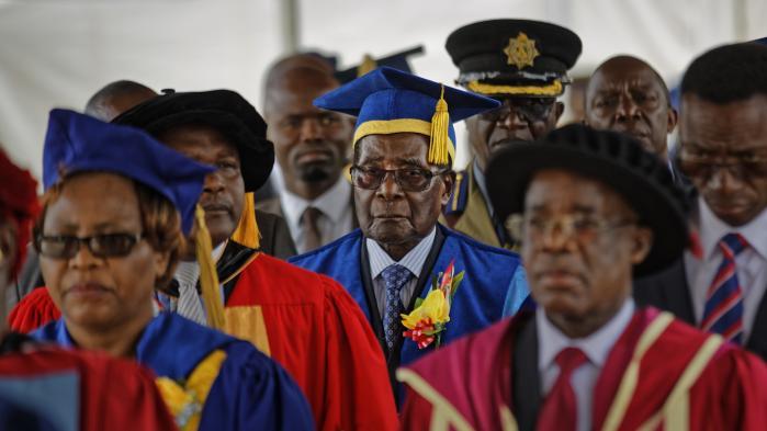 Som en af sine sidste gerninger i præsidentembedet dimitterede Mugabe fredag nyuddannede kandidater fra University of Zimbabwe.