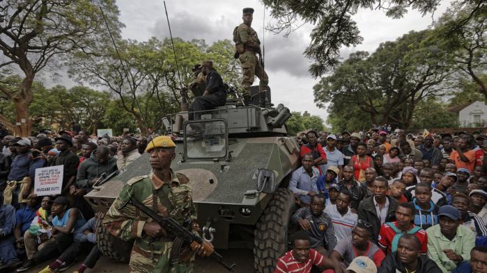 Militæret tillod i weekenden hundredetusinder at gå i gaderne med krav om Mugabes afgang. Dermed syntes det hævet over enhver tvivl, at Mugabes dage som Zimbabwes præsident var talte. Men søndag aften overraskede Mugabe alt og alle ved netop ikke at træde tilbage.