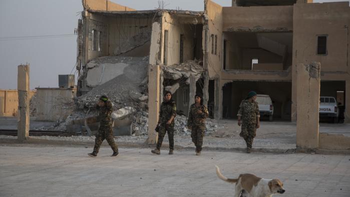 Kvindelige soldater fra de syriske kurderes SDF-alliance. Russisk deltagelse i kommende fredsforhandlinger med styret i Damaskus er afgørende, siger Shahoz Hesen, der er ny leder af den dominerende syriskkurdiske bevægelse PYD