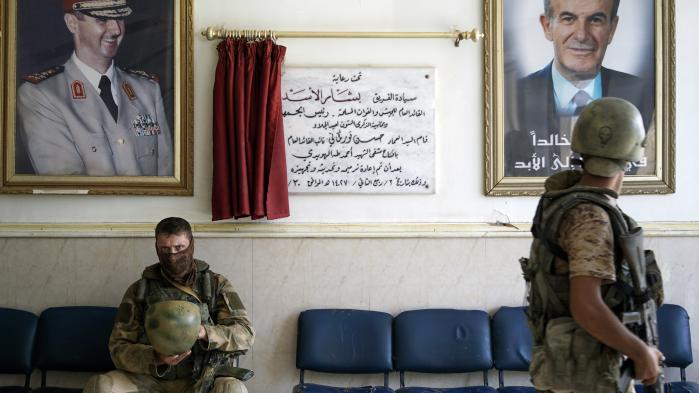 'Jeg kan ikke se, at der bliver fred i Syrien, uden at Rusland har sanktioneret den,' siger seniorforsker Julien Barnes-Dacey. På billedet ses russisk militærpoliti i et hospitalsventeværelse i Deir ez-Zor, Syrien.