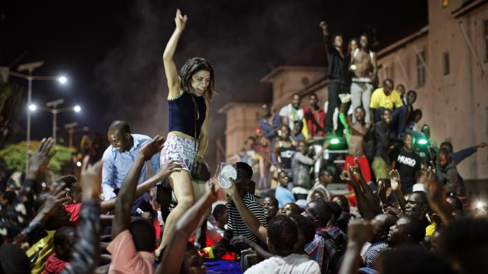 Der var fest i gaderne i Zimbabwes hovedstad, Harare, efter Robert Mugabe tirsdag meddelte, at han trækker sig som landets præsident efter 37 år på posten.