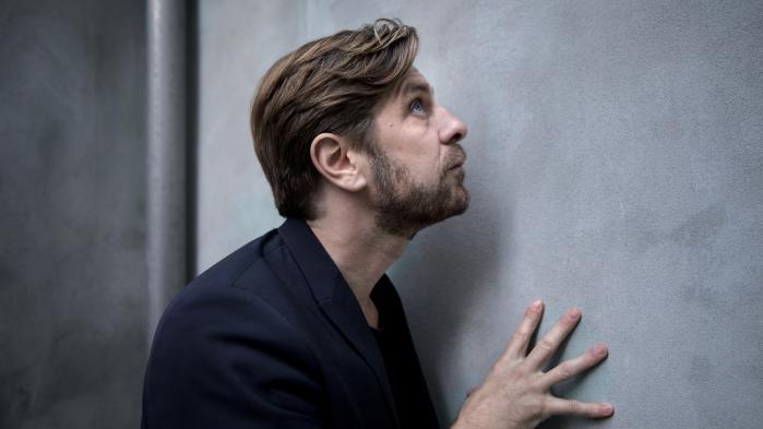 For 20 år siden var det normen at være mand, siger Ruben Östlund: 'Dengang så man ikke på sig selv som en del af en struktur. I dag lever vi med et pres fra 30 forskellige steder, og man har et blik på sig selv udefra, som handler om alle disse moralske spørgsmål'.
