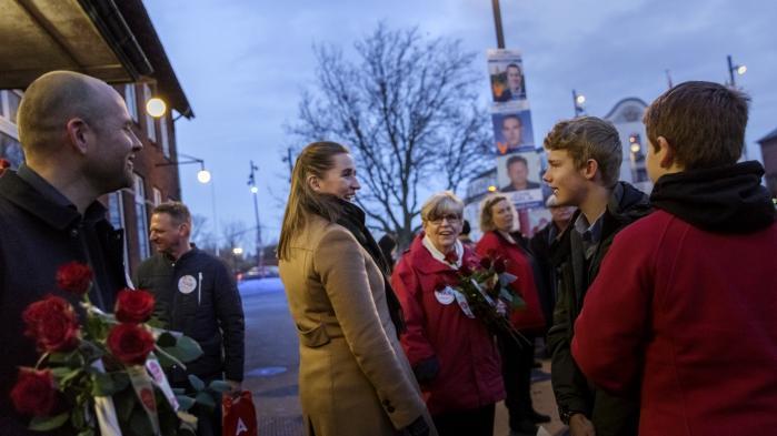 Det mest bemærkelsesværdige ved kommunalvalget ersocialdemokraternes triumf. Her deler partiformand Mette Frederiksen roser ud på valgaftenen i Vordingborg.