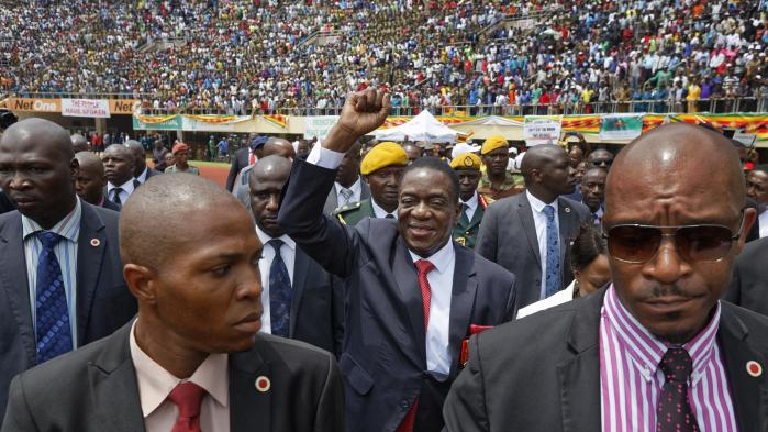 Emmerson Mnangagwa ankommer til sin indsættelsesceramonii Harare i Zimbabwe. Han indsættes i dag som præsident, efter Robert Mugabe tirsdag opgav sit 37-årige styre.