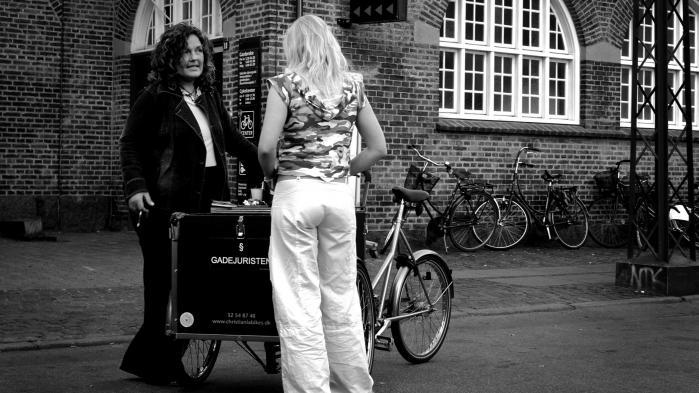 Her ses den nu afdøde Pernille med ryggen til, mens hun taler med gadejuristen Nanna Gotfredsen foran Hovedbanegårdens udgang mod Istedgade i København. Billedet er fra tiden før, Pernille kom i metadonbehandling, og er gengivet med tilladelse fra hendes mor.