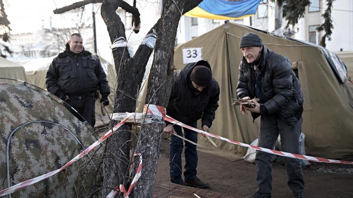I disse dage er det fire år siden, at der var masseprotester på Maidan-pladsen i Kiev, hvilket endte med, at 100 demonstranter blev dræbt. Men selv efter to revolutioner de sidste 13 år i Ukraine, er der ikke kommet de ændringer, befolkningen håbede på. Nu ulmer protesterne igen, selvom korruptionen gør det svært