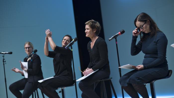 På Edison-scenen læste fem skuespillerinder vidnesbyrdene op på vegne af de 100 kvinder, der oprindeligt havde sendt dem ind.