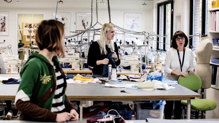 Erhvervsuddannelserne har bedt om lov til at overskride deres del af rammen for 2018 med 250 mio. kr., med penge hentet fra deres eget budget. Det har regeringen og DF imødekommet. Men det er jo ikke en tilførsel af nye penge til erhvervsuddannelserne, siger en direktør for erhvervsskolerne. På billedet er det elever på erhvervsuddannelsen Beklædningshåndværker i København.