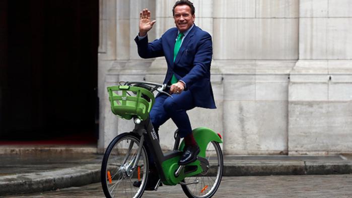 Arnold Schwarzenegger ankom til Paris mandag for at deltage i One Planet Summit – hvor meget af rejsen, der foregik på cykel vides ikke
