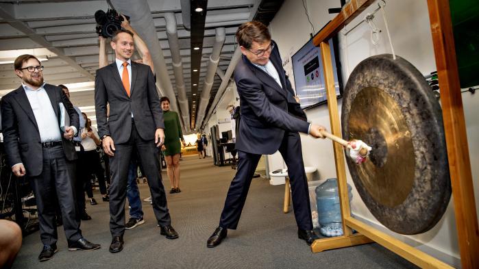Erhvervsminister Brian Mikkelsen (K) slog på gonggongen i august i forbindelse med lanceringen af regeringens erhvervspakke, der nu får kritik fra skatteeksperter for at skabe nye muligheder for skattespekulation.