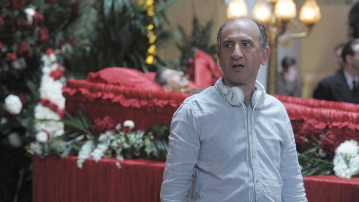 »Det handler mere end noget andet om overlevelse,« siger Armando Iannucci om magtspillet efter Stalins død i sin seneste film, 'Stalins død'. Her ses han under optagelserne til scenen, hvor den sovjetiskediktator skal begraves.