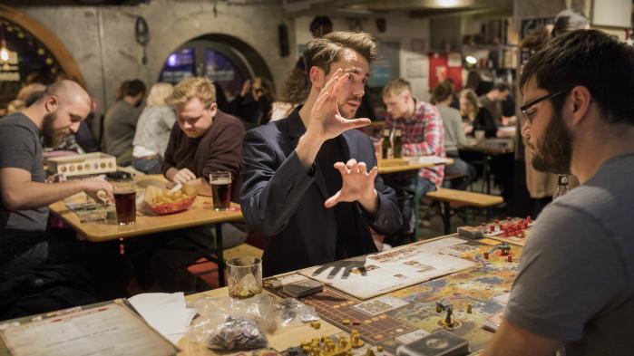 På Bastard Café behøver man ikke være en bestemt type eller del af en hardcore kerne, hvor man er helt utroligt fordybet og nørdet omkring spillet.