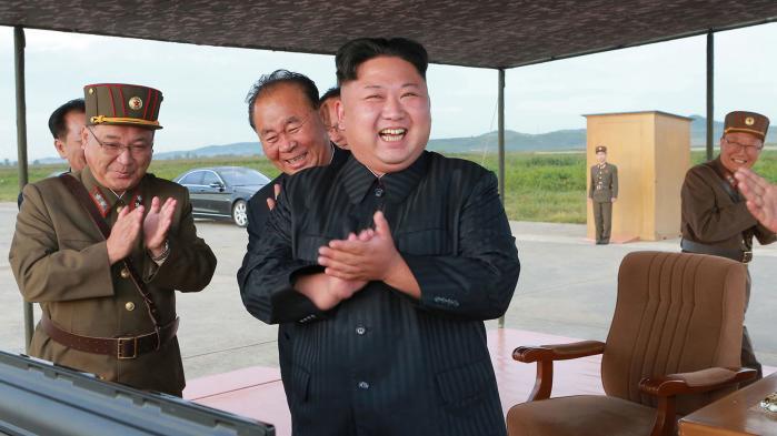 Det nye er, at den amerikanske udenrigsminister, Rex Tillerson, åbner for at mødes med Kim Jong-un og Nordkorea uden at stille det ellers hidtil ufravigelige krav om, at Nordkorea skal afvikle sit atomprogram.