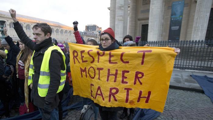 På klimamødet 'One Planet Summit' i Paris stod regeringsledere, investorer, erhvervsfolk og civilsamfundets repræsentanter i går i kø for at understrege betydningen af penge, når det handler om at redde verden fra klimaændringer. Og uden for stod aktivisterne klar til at vise deres holdninger.