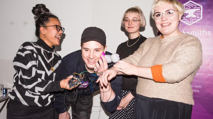 Deltagerne på opfindermessen, som foregår på Goldsmiths ved University of London, afprøver sexlegetøjet.