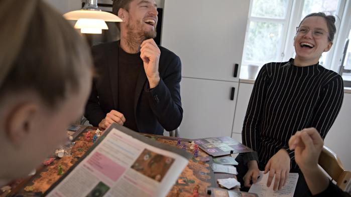 I køkkenet har kulturjournalisterne endelig fundet et spil, der er så sjovt, at de griner højere end de andre og slet ikke kan holde op igen.