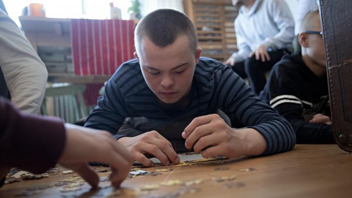 Asger Hjalte Bregendahl er 15 år og elsker at lægge puslespil. Han født i 2001, inden alle danske gravide fik tilbudt screening for Downs Syndrom.