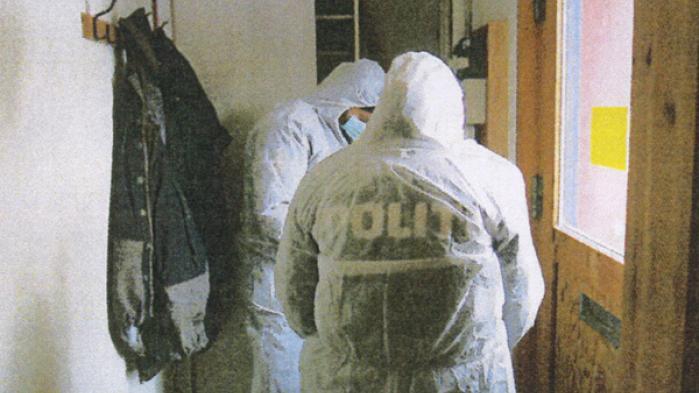 Terrorransagningsteamet ransager den ulykkeligt forelskede 'Bjarnes' lejlighed. Billede er frakapitel 8 i Forført.