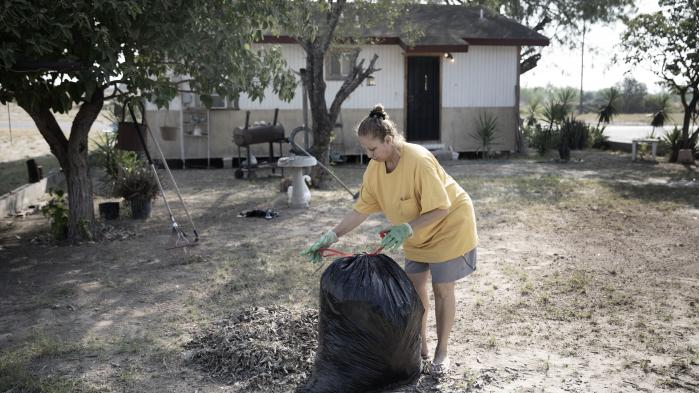 Hjemmehjælper María Leticia González risikerer at skulle flytte fra sit hus, hvis Trump-regeringen beslutter at føre en grænsemur gennem Roma. Muren vil dæmme op for regnvand, der normalt løber ned i Rio Grande-floden under de hyppige subtropiske regnskyl.