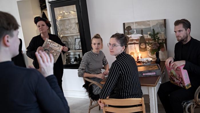 Kulturredaktionen tester brætspil hos journalist Anna von Sperling.