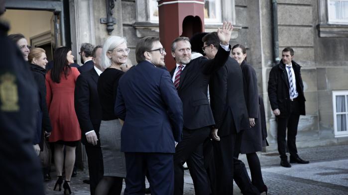 Knap var VLAK-regeringen kommet i gang med at regere, før støttepartiet Dansk Folkeparti begyndte at underminere dens troværdighed. Her præsenteres de nye ministre på Amalienborg Slotsplads.