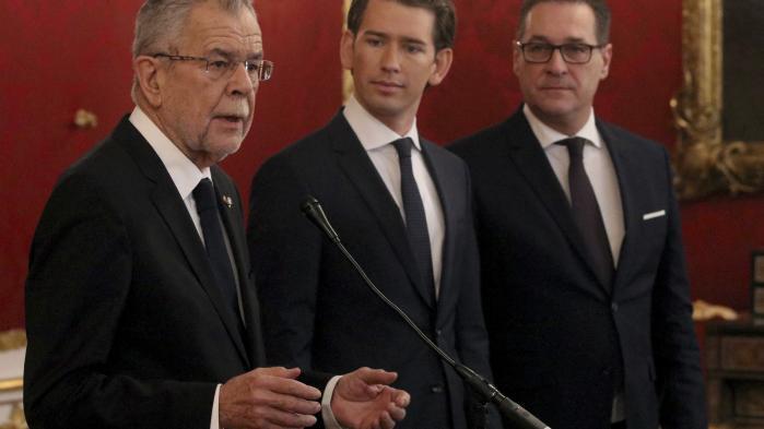 Østrigs præsident Alexander Van der Bellen, kansler Sebastian Kurz fra det konservative ÖVP og Frihedspartiets leder, Heinz-Christian Strache, præsenterede fredag aften østrigerne for den ny regering.