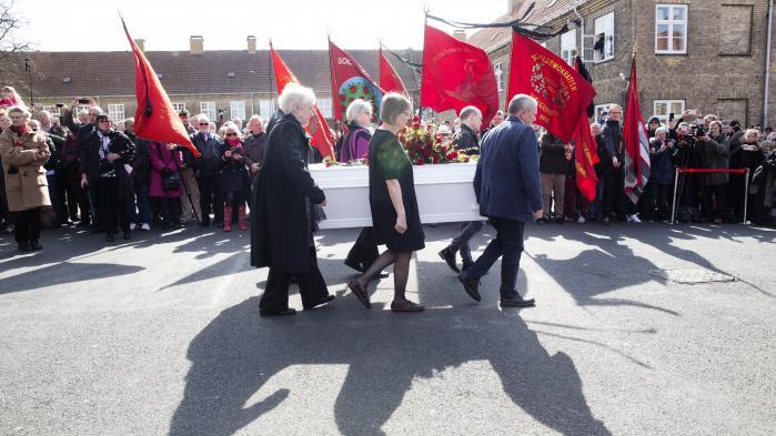 Tanken med Kooperationen var oprindeligt, at man skulle kunne vælge arbejderbevægelsens alternativ, fra man startede i daginstitution, til man blev begravet i en kiste fra Arbejdernes Ligkistemagasin. Her begraves tidligere statsminister Anker Jørgensen (S).