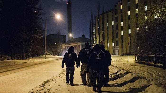 'Odins Soldater' går nattepatruljer i finske provinsbyer for at beskytte kvinder mod overgreb fra indvandrere. Det vækker vild debat, men også undren over, hvorfor nationalister i hele verden har forelsket sig i asatroen – finnerne har eksempelvis aldrig været vikinger