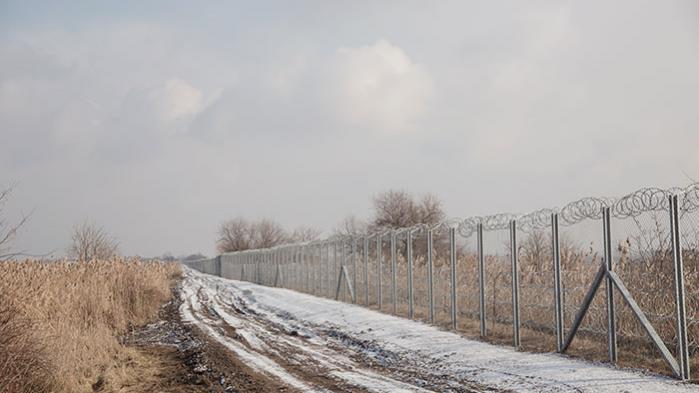 Ungarn blev europæisk foregangsland, da det i sommer satte pigtrådshegn op ved grænsen for at holde flygtninge ude. Information har besøgt hegnet mellem Serbien og den ungarske grænseby Ásotthalom. I sommer var det flygtningekrisens kaotiske centrum. I dag er freden i den lille by ifølge de lokale genetableret. Kun få flygtninge formår nemlig at slippe gennem