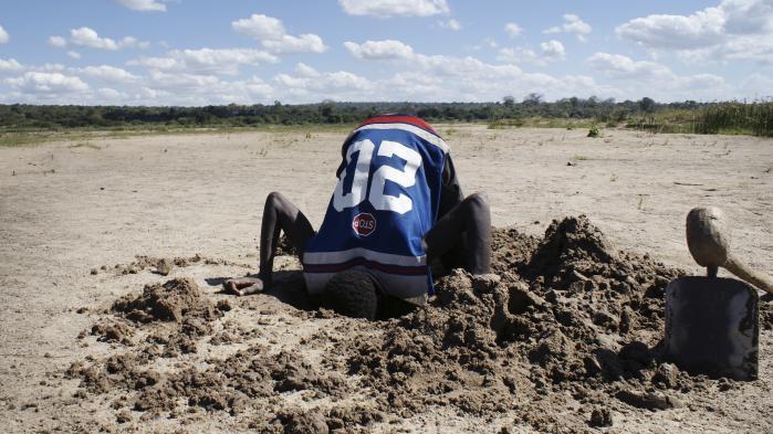 Nicolas på 22 har en lille mark, hvor han prøver at gro søde kartofler. Når han bliver tørstig, går han ned i det udtørrede flodleje og graver et halvt meter dybt hul. Langsomt pibler vand frem. Når han dukker op fra hullet igen, er han et stort, vådt smil.