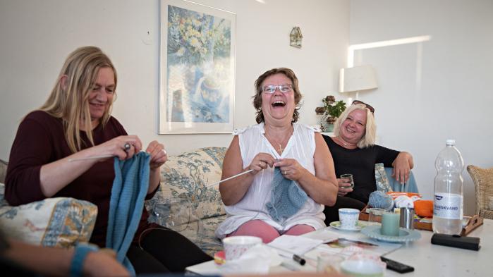 Fire-fem kvinder mødes jævnligt og strikker. De har mødt hinanden gennem Næsterhjælperne, som er et netværk for og med reformramte - hvor man dels skaber netværk, men også hjælper hinanden. Hannah Hall og flere af de andre er ramt af regeringens nye reformer, men mødes og strikker og giver hinanden råd.