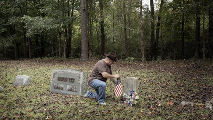 I en lille lysning midt i en skov nær North Carolinas kyst ligger en lille gravplads, hvor hvide slaveejere, sorte slaver og deres efterkommere er stedt til hvile. I 2007 påtog en hvid amatørhistoriker sig at rydde det overgroede sted og genrejse gravstenene. Som belønning har den sorte familie 'adopteret' ham. En historie om, hvordan hvide og sorte lever sammen i et lokalsamfund