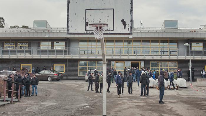 Sveriges udsatte boligområder trækker overskrifter som 'no go-zoner' og 'lovløst land'. Senest fik Stockholm-forstaden Rinkeby verdens opmærksomhed, da angreb mod politiet brød ud få dage efter Trumps udtalelse om, at der er problemer i Sverige. I fire dage flyttede Information til Rinkeby, og opdagede en bydel, hvor unge og voksne oplever intens stigmatisering og har mistet tilliden til både medier og myndigheder