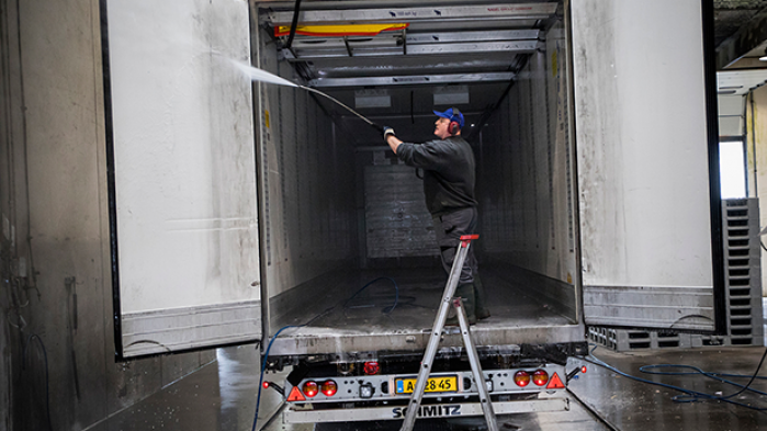 Transportsektoren er under forandring. Den er presset af den teknologiske udvikling og billig arbejdskraft fra Østeuropa. Men der skal stadig sorteres stål, vaskes fiskebiler og lappes sjællænderhuller. Information har tilbragt et døgn i området omkring et af Danmarks største transportcentre
