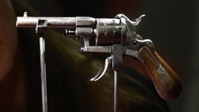 Pistolen som digteren Paul Verlaine forsøgte at myrde sin elsker Arthur Rimbaud med, kommer under hammeren. Forvent at slippe 60.000€ for denne 7mm seksløber