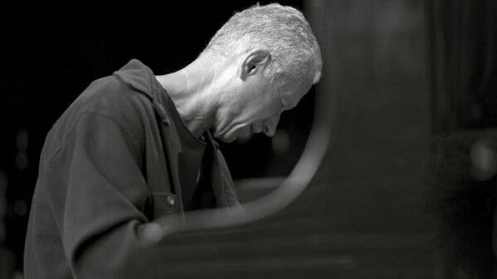 Klavergeniet Keith Jarrett spillede sin sidste koncert i 2017 – herefter aflyste han sine koncerter pga. 'helbredsårsager'. Jarrett, der er 75 år gammel, afslører nu at han i 2018 havde to slagtilfælde med delvise lammelser som resultat, og at hans tid som udøvende musiker nok er slut