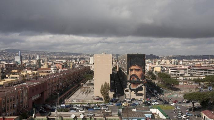 Diego Maradonas betydning for byens fodboldhold og for Napoli som sådan er enorm. Disse billeder viser napoletanernes taknemmelighed over den lille, store argentiner