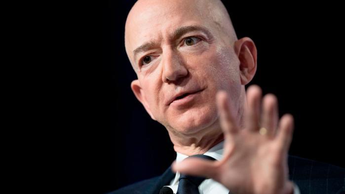Amazons CEO, der også ejer Washington Post, Jeff Bezos, anklager nu det Trump-venlige tabloidmedie The National Enquirer for at forsøge at afpresse ham med intime fotos mediet angiveligt har fået fat i. I stedet for at gå stille med dørene, valgte Bezos i går at offentliggøre korrespondencen fra National Enquirer