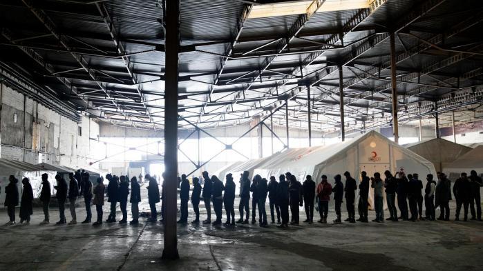 I de frosne bakker i det nordvestlige Bosnien-Hercegovina bor nogle tusinde mennesker i nedlagte fabrikker, mens de samler mod og kræfter til at krydse grænsen til Kroatien og dermed til Den Europæiske Union. Mange bliver fanget og sendt tilbage til lejrene syd for grænsen. Som regel får de først bank af det kroatiske grænsepoliti, som også smadrer de flygtendes mobiltelefoner