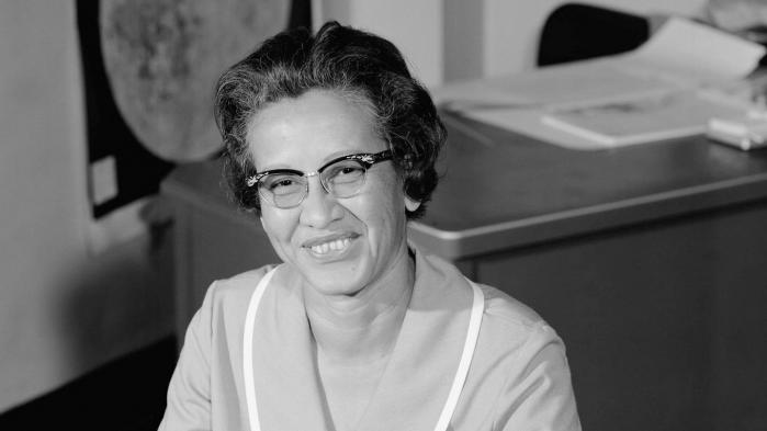Som sort kvinde brød hun mange grænser i 60'ernes rumfartorganisation NASA. Hendes beregninger var med til at sikre Apollo 11 kunne lande på månen og vende tilbage igen. Johnson blev 101 år
