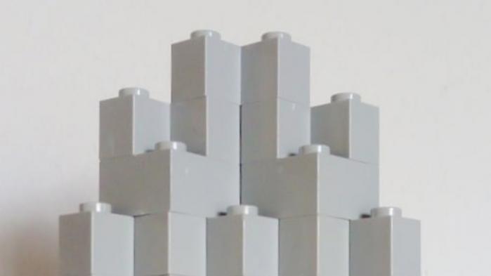Instagram-brugeren @brutsinlego bygger, sammen med sine børn, små brutalistiske arkitekturværker i gråtoneskala Lego. Det er de ret gode til