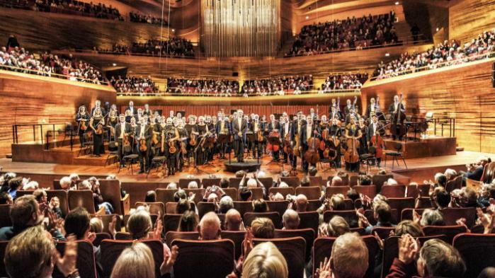 Verden brænder, men i landets symfoniske koncertsale fortsætter livet, som om intet var hændt. Er kvoter virkelig den eneste måde at komme de professionelle orkestres tunnelsyn til livs på, spørger Sune Anderberg i denne leder